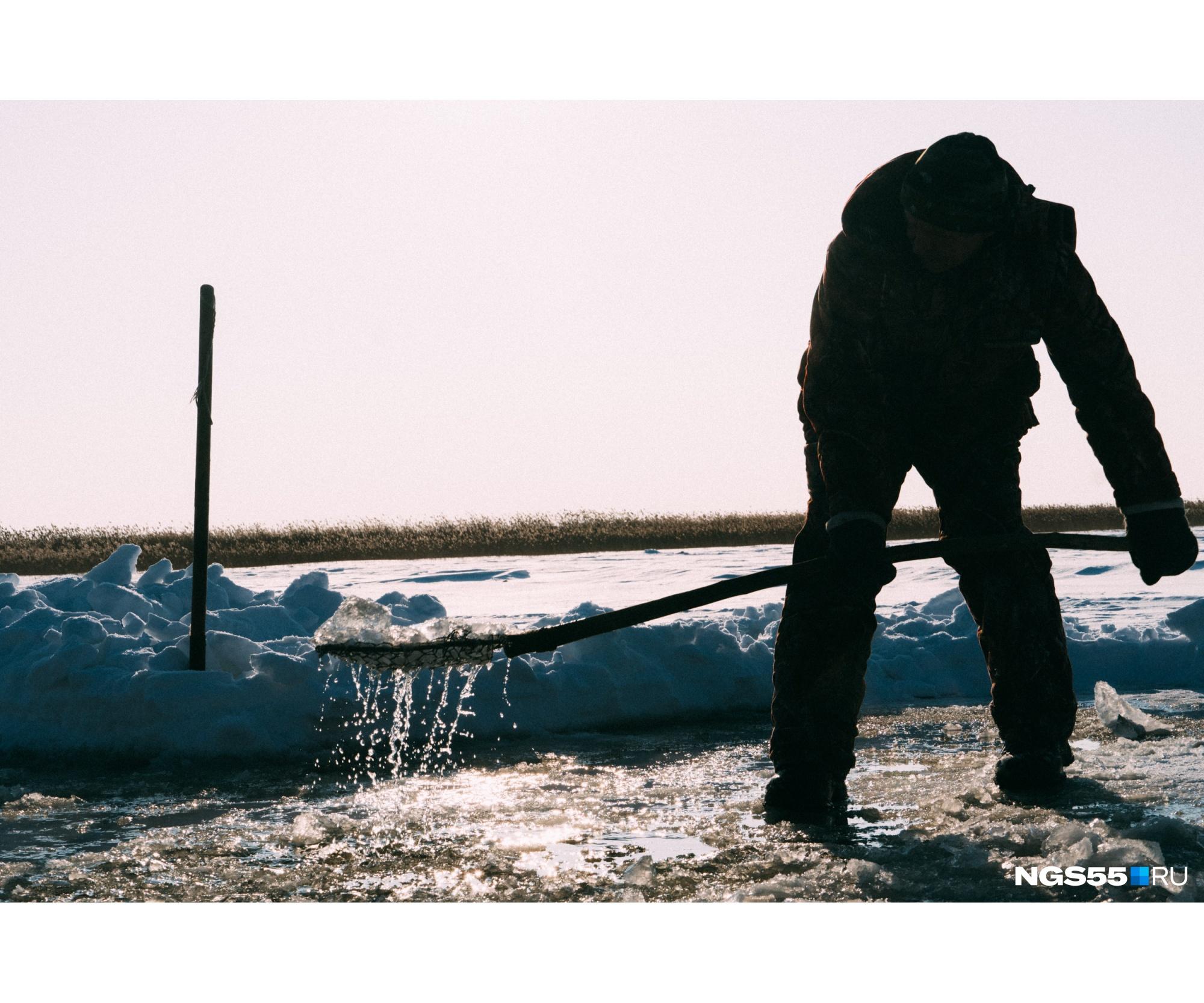 Наконец лед сдается — мужчины убирают оставшиеся на поверхности воды льдины. Озеро Нагибино ненадолго очнулось от зимней спячки. Заколыхалась гладь ледяной воды — говорят, на один день в году она стала святой