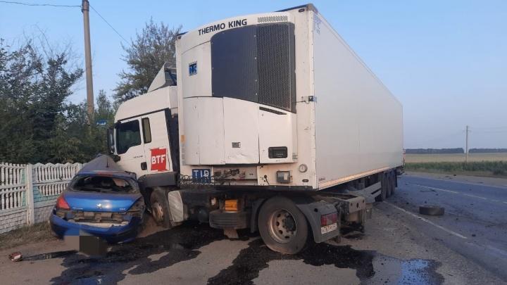 На трассе М-5 в Башкирии Peugeot влетел в грузовик MAN: двое человек погибли