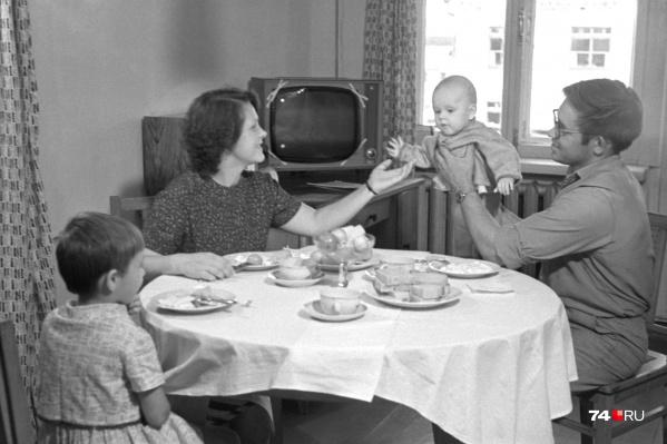 """Помните старую пословицу «Хлеб да каша — пища наша»? Это <nobr class=""""_"""">фото —</nobr> наглядная иллюстрация к ней. Выделяются только фрукты в вазочке и телевизор на заднем <nobr class=""""_"""">фоне —</nobr> символы достатка"""