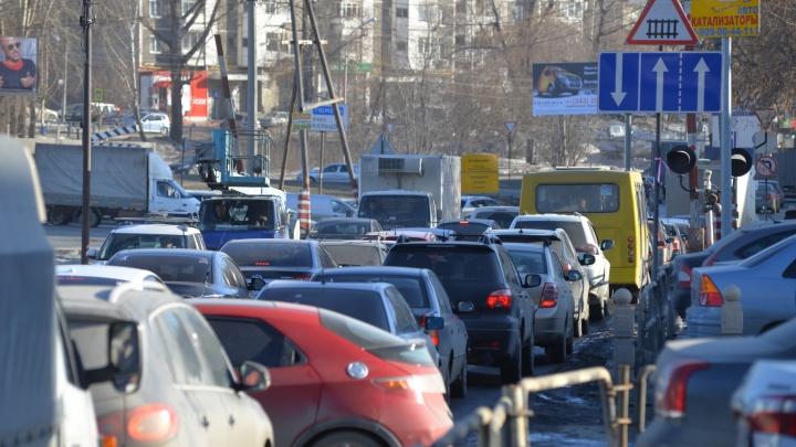 Екатеринбург встал в пробку из-за дождя и репетиции парада Победы: какие участки нужно объезжать