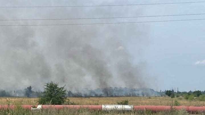 «Это прям рядом с нефтезаводом»: в промзоне на юге Волгограда загорелась степь