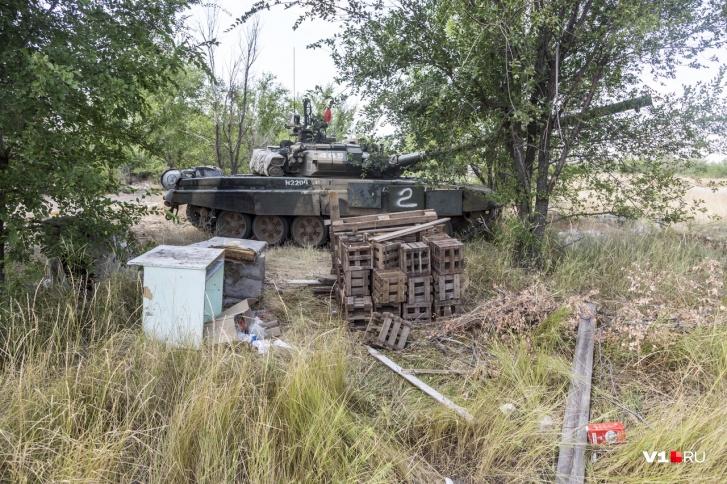 За горами мусора танк спрятан от любопытных глаз