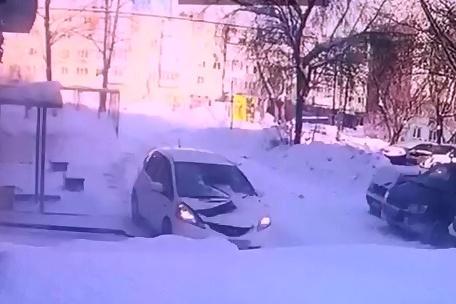 К счастью, владельцы автомобиля отделались ушибами, а вот машина получила сильные повреждения