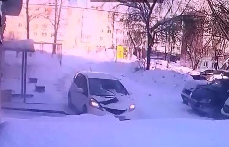 Ледяная глыба рухнула на припаркованный у жилого дома автомобиль — в нем находился водитель