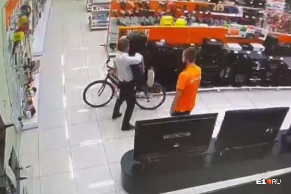 Мужчина бросил школьника на пол