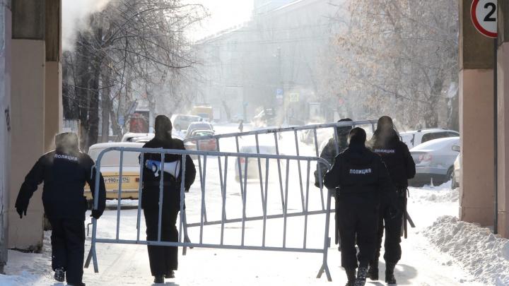 В центре Челябинска на месте планируемой акции протеста силовики начали устанавливать ограждения