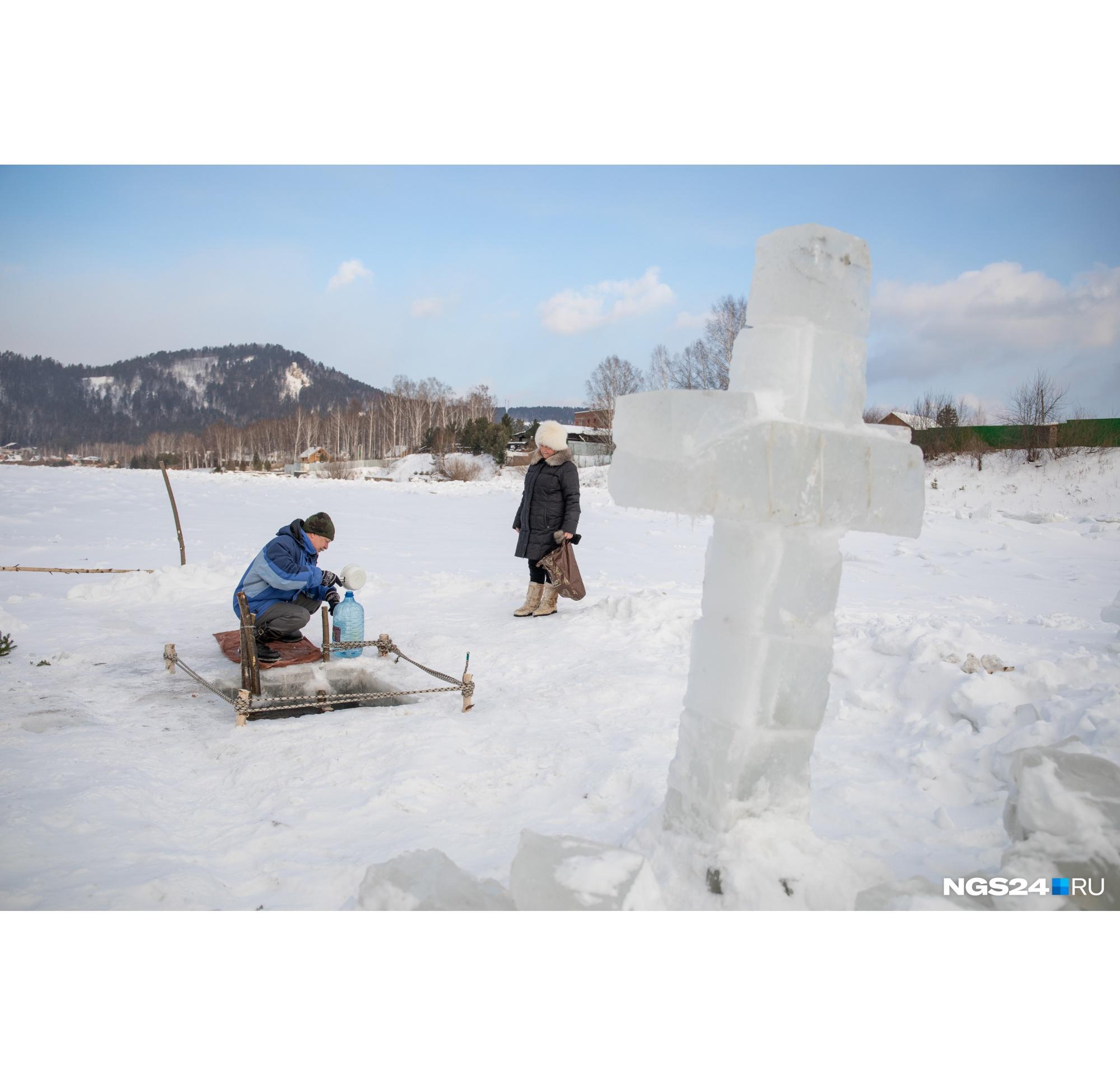Иордань обозначили ледяным крестом