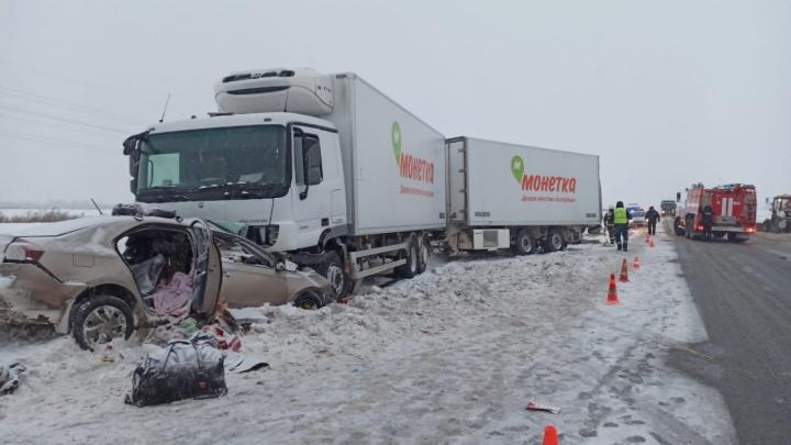 В ДТП под Уфой погибла семья из Самары. Их Volkswagen Polo залетел под фуру