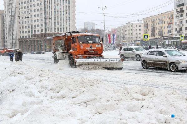 Нижний Новгород сейчас буквально утопает в сугробах и снежной каше