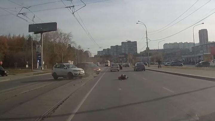 Уронил мотоцикл и влетел в машину: появилось видео аварии с байкером на улице Высоцкого