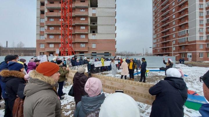 «Пять лет не можем получить ключи»: дольщики домов «Зодчего» вышли на одиночные пикеты