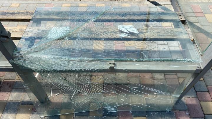 Не справилось даже закаленное стекло: в Волгограде вандалы разгромили несколько остановок