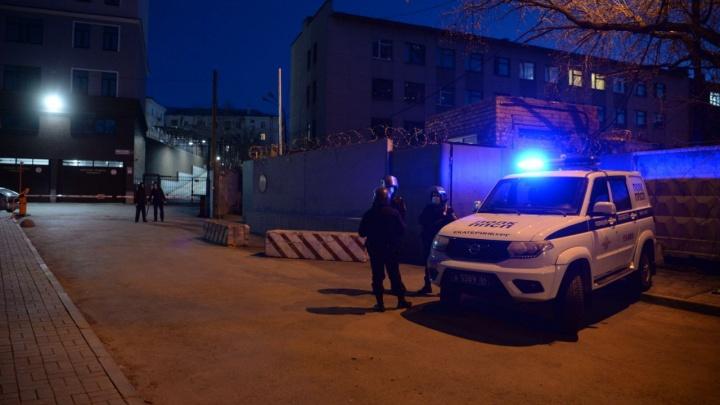 «Я крикнул: давайте поддержим Леху!» Репортаж из участков, куда свозили задержанных на шествии в Екатеринбурге