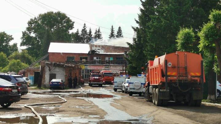 В центре Кемерово загорелось заводское здание