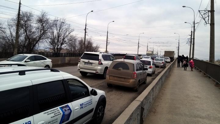 Ездить просто невозможно: юг Волгограда снова встал в пробку из-за ям на мосту через ВДСК