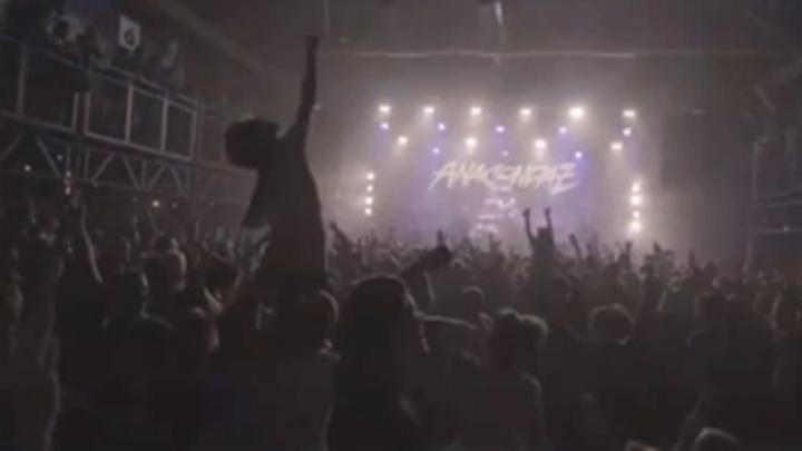 Ковидные ограничения? Не слышали: на концерте Anacondaz в Екатеринбурге толпа устроила слем