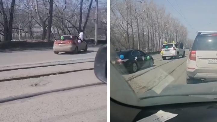Полиция ищет участников свадебного кортежа— его пассажиры ехали на окнах машин