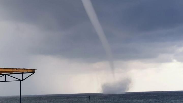 В Сочи мощный смерч прошел около берега. МЧС объявило штормовое предупреждение