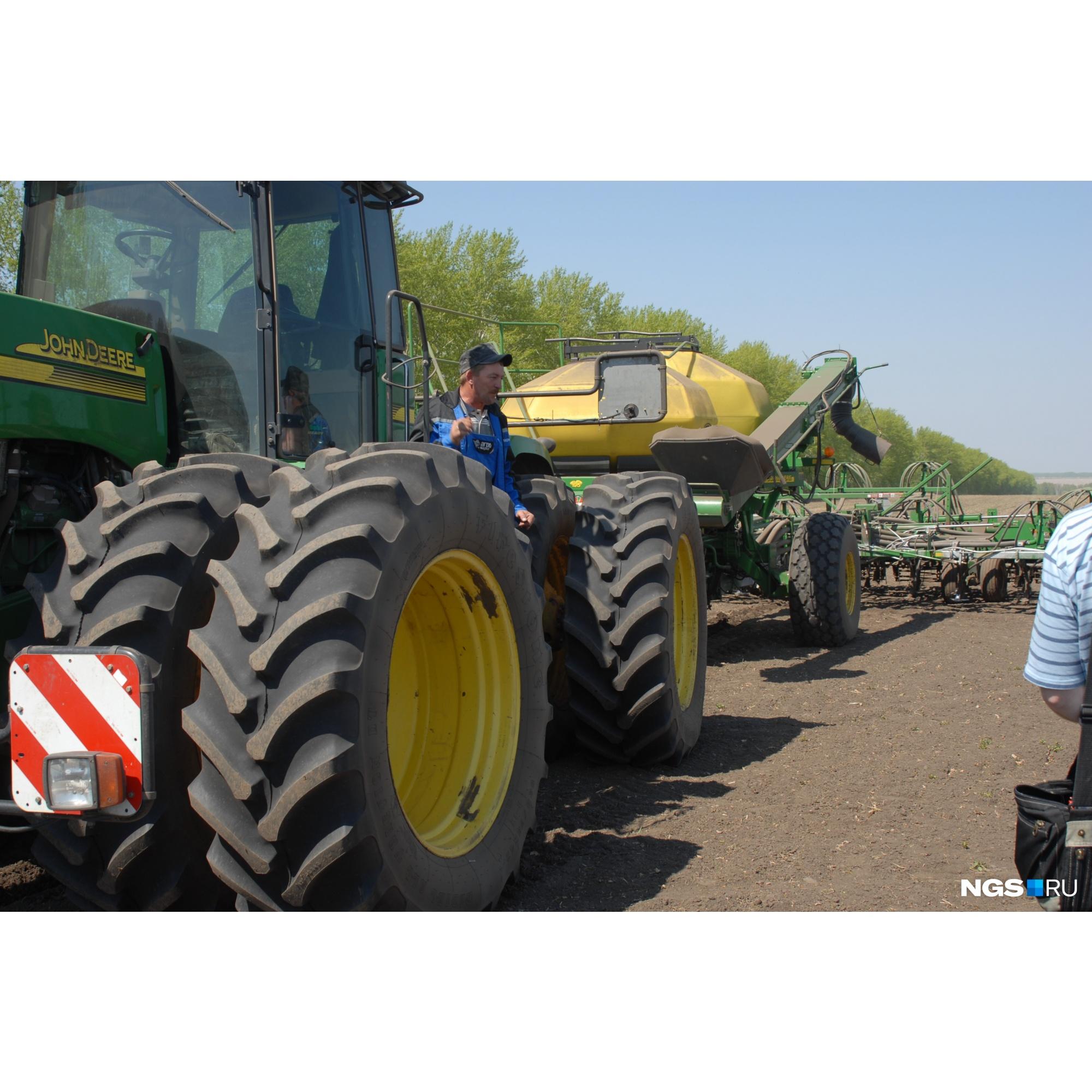 В хозяйстве не жалеют денег на хорошую технику (на фото — трактор американской компании John Deere)