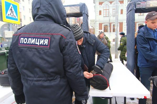 Часто полицейским приходится работать часами на холоде
