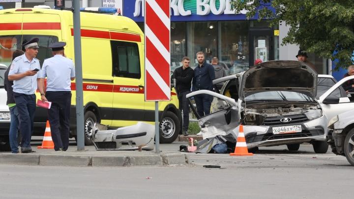 В аварии с пятью машинами на перекрестке в Ленинском районе пострадали четверо детей