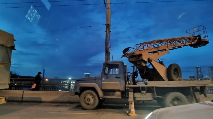 Один погиб, второй в реанимации: в Ростове рабочие сорвались с моста после ДТП