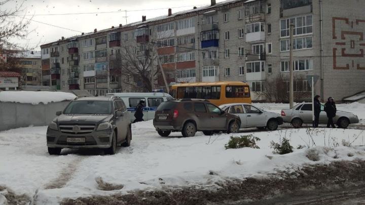 Силовики оцепили здание банка вЗаводоуковске: наместе были Росгвардия, МЧС иФСБ