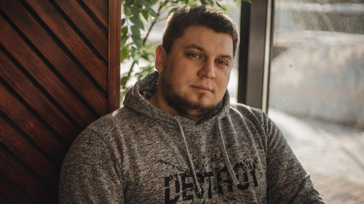Депутата КПРФ нашли спящим возле трупа друга и обвинили в убийстве. Невеста говорит, что его подставили