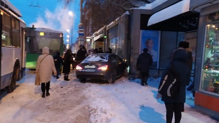 Снег, пробки: в центре Екатеринбурга машина въехала в киоск, а на Объездной еще одна — в сугроб