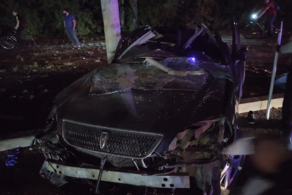 Машина влетела в опору освещения — авто сильно искорежило
