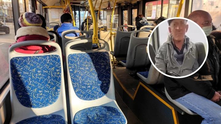 «Достал свой инструмент и тряс им потихоньку»: очевидцы пожаловались на извращенца в автобусе