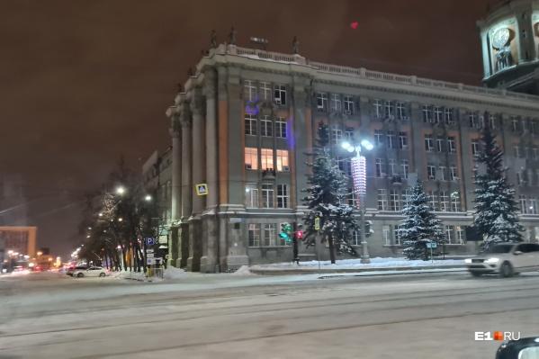 По ночам в кабинете мэра горит свет, но там работает не глава города