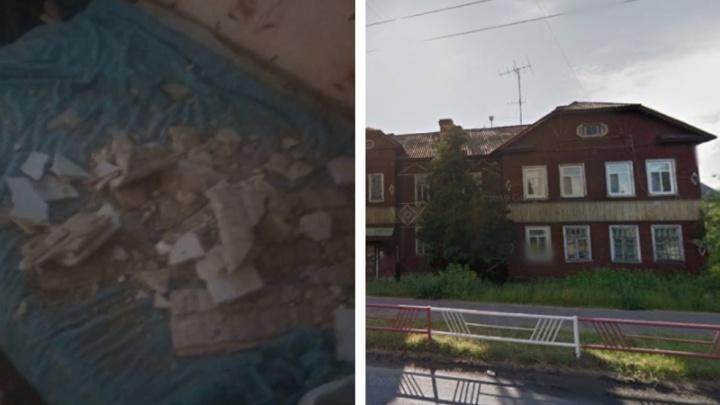 «Убило бы на фиг»: в Архангельске обрушился потолок в жилой квартире аварийного дома