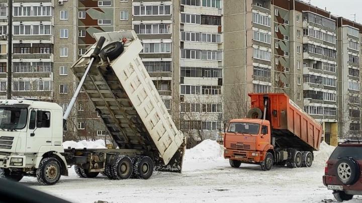 «Весной тут будет аквадискотека!» Екатеринбуржцы показали, как рядом с их домами вываливают снег