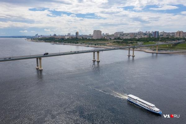Даже в разгар отпусков в Волгограде продолжают бушевать страсти вокруг моста через Волгу