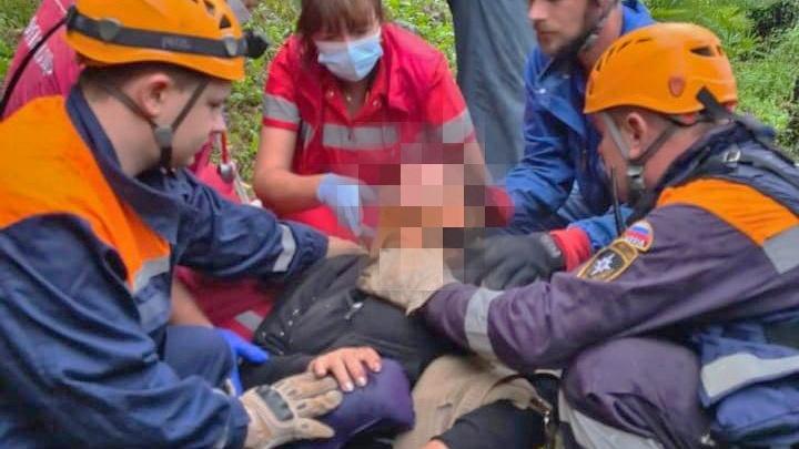 В Сочи спасатели достали женщину из автомобиля, который упал с обрыва