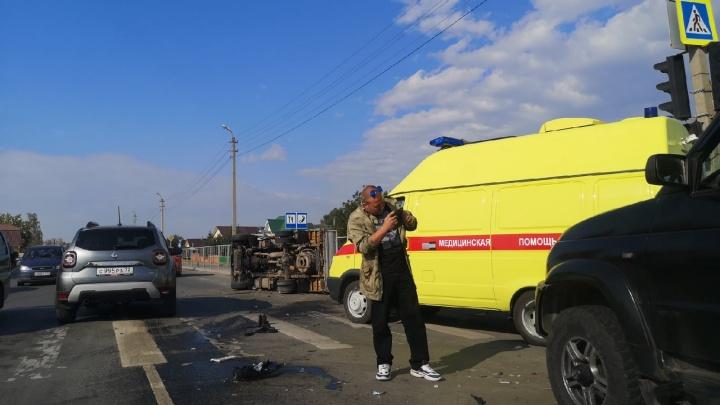 В Боровском массовая авария: одна из машин перевернулась