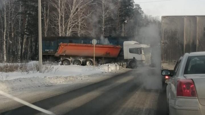 Под Екатеринбургом грузовик врезался в локомотив. Автомобили разворачиваются