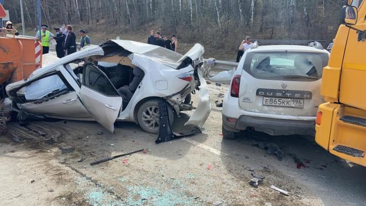 «Трактор поднял столб пыли»: на Челябинском тракте легковушки столкнулись с дорожной техникой