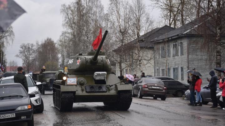Танки в городе: в Устьянском районе на День Победы устроили настоящий парад военной техники