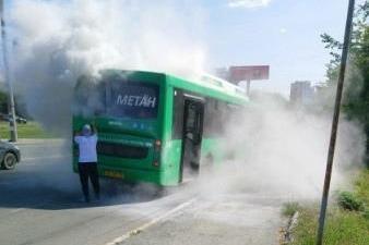 В Екатеринбурге посреди дороги задымился газовый автобус. Пассажиров срочно эвакуировали