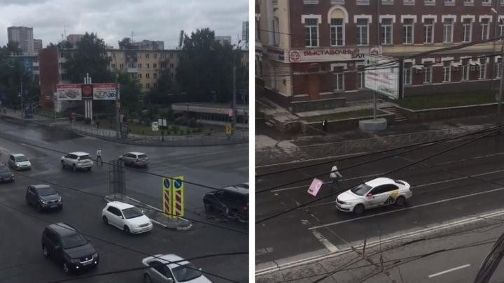 Мужчина прогулялся в Новосибирске навстречу машинам — вышло эффектно, но теперь его ищет полиция
