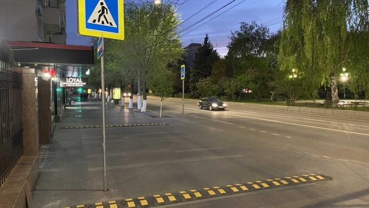 В Волгограде у здания областного суда появились «лежачие полицейские» для пешеходов