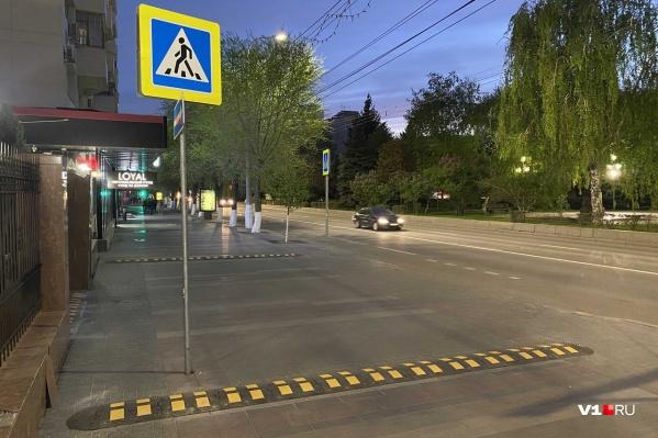 К знакам «пешеходный переход» добавились еще и «лежачие полицейские» для пешеходов