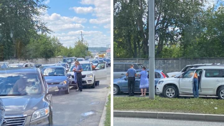 На въезде в Екатеринбург из-за ДТП образовалась огромная пробка