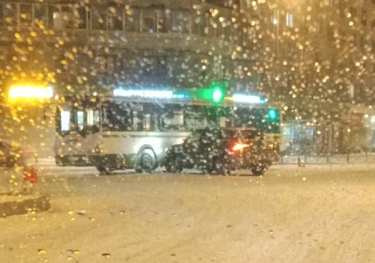 На перекрестке улицы Бабушкина и проспекта Александровской Фермы кроссовер въехал в автобус