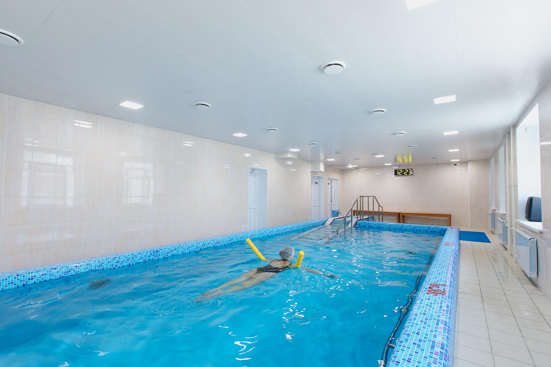 Индивидуальное занятие ЛФК в бассейне с инструктором длится до получаса