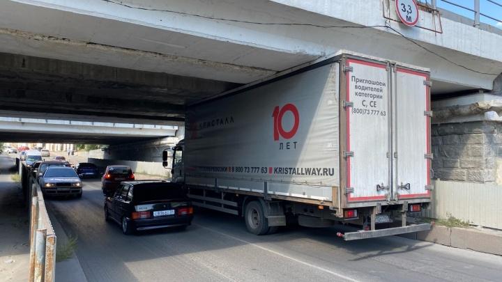 В центре Волгограда под низким мостом застрял очередной грузовик