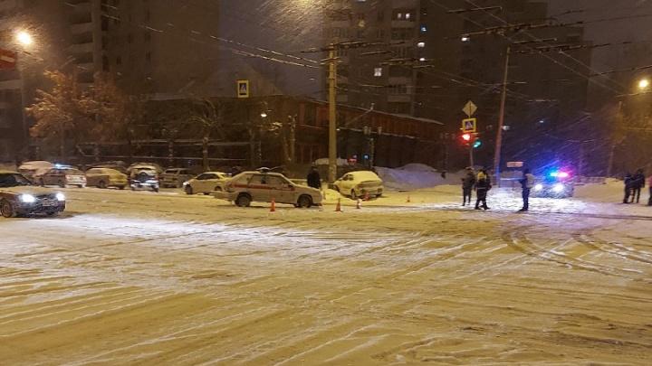 На Уралмаше такси врезалось в машину Росгвардии и отлетело в столб