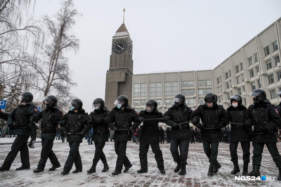 Можно сказать, что в Красноярске тоже были хороводы, но нет. Это полиция усиливает оцепление